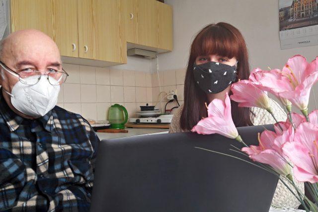 Senior Petr Vozniak a dobrovolnice Barbora Anežková