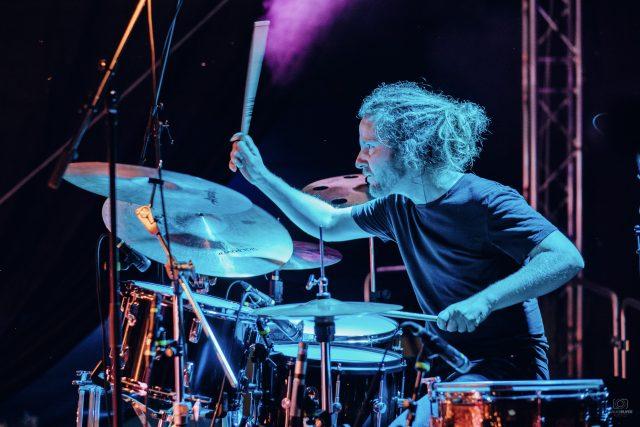 Matěj Drabina jako bubeník kapely David Stypka & Bandjeez | foto: Archiv Matěje Drabiny