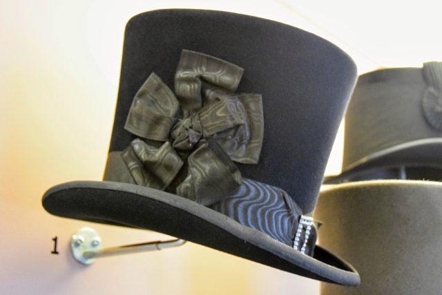 Replika nejstaršího klobouku v expozici Muzea Novojičínska (1. polovina 19. století)