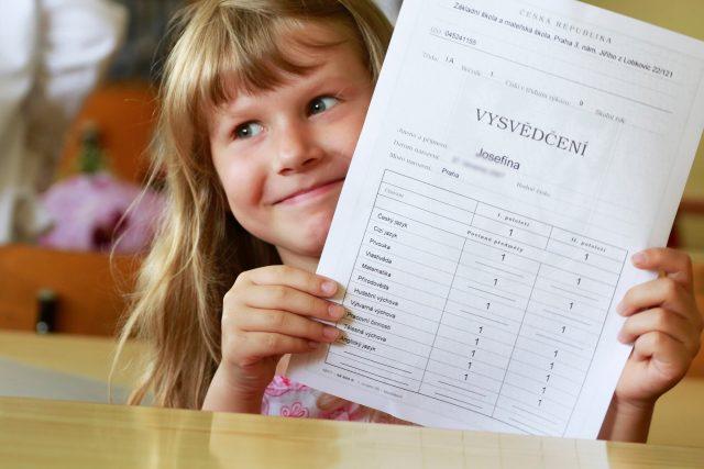 Vysvědčení, školačka (ilustrační foto)
