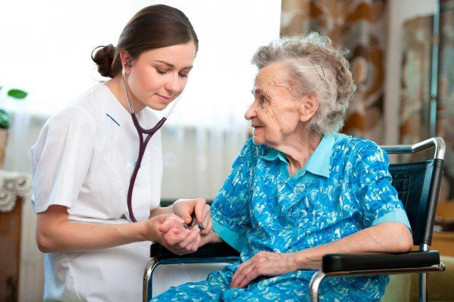 Zdravotnictví, péče o seniory, lékař, lékařka, doktor, doktorka, senior, seniorka, důchodce, domácí péče o nemocné, domov pro seniory, domov důchodců (ilustrační foto)