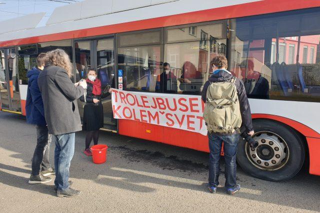 Parta cestovatelů při přebírání trolejbusu v Opavě