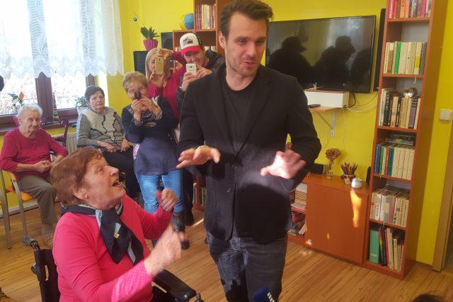 Leoš Mareš a paní Zdenička, které právě herec, moderátor a také Ježíškovo vnouče koupil elektrický invalidní vozík