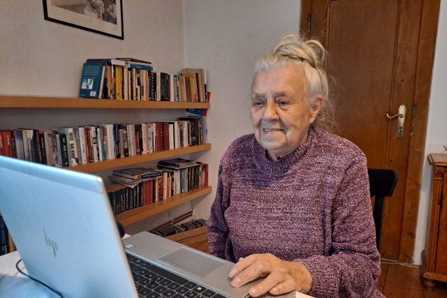 Seniorka Věra Čánová při pokusu o registraci do centrálního rezervačního systému na očkování