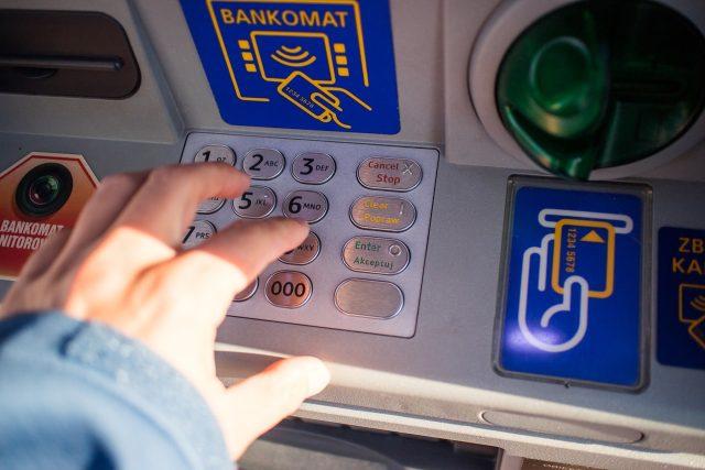 Bankomat   foto: Michal Jarmoluk,  Pixabay,  CC0 1.0
