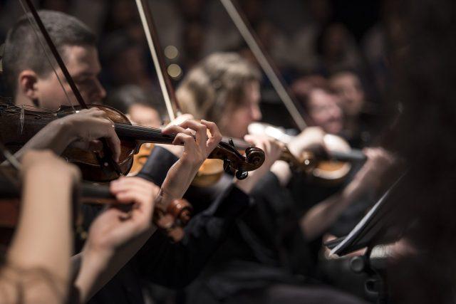 Orchestr, housle (ilustrační foto)