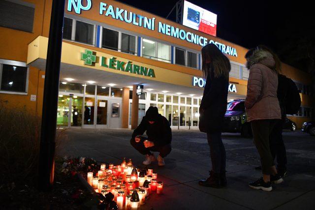 Lidé zapalují svíčky před Fakultní nemocnicí v Ostravě