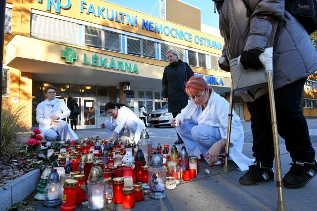 Svíčky před Fakultní nemocnicí v Ostravě, kde došlo loni v prosinci ke střelbě