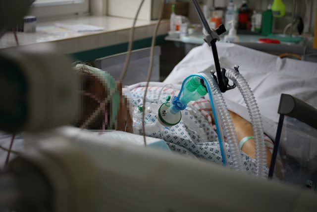Pacient na post-covidovém oddělení ostravské nemocnice.