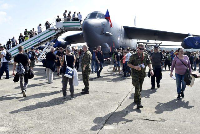 Návštěvníci Dnů NATO si prohlíží strategický americký bombardér B-52.