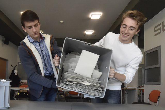 Sčítání volebních hlasů pokračuje. Vše pro vás na iROZHLAS.cz sledujeme v online reportáži.