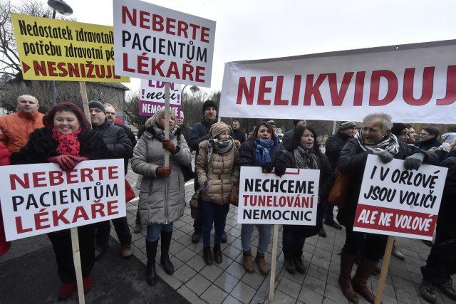 Přibližně 150 lidí ve čtvrtek před budovou krajského úřadu v Ostravě demonstrovalo za záchranu nemocnice v Orlové na Karvinsku