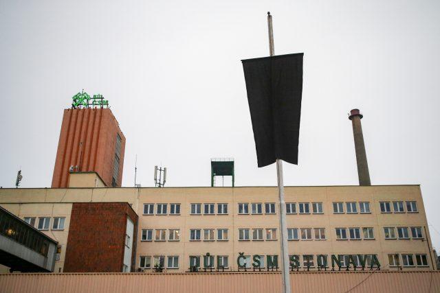 Černá vlajka nad budovou dolu ČSM Stonava