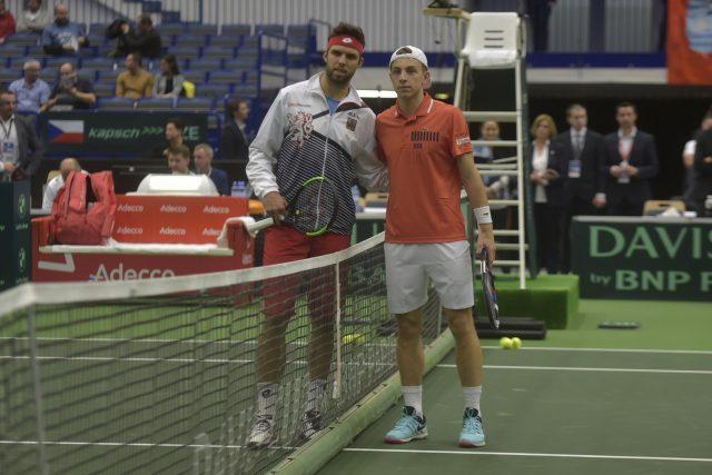 Tenisté Jiří Veselý a Tallon Grieskpoor z Nizozemska