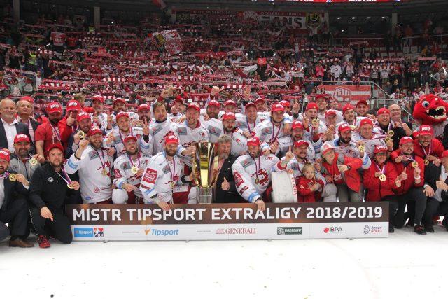Třinečtí hokejisté s pohárem pro mistra extraligy.