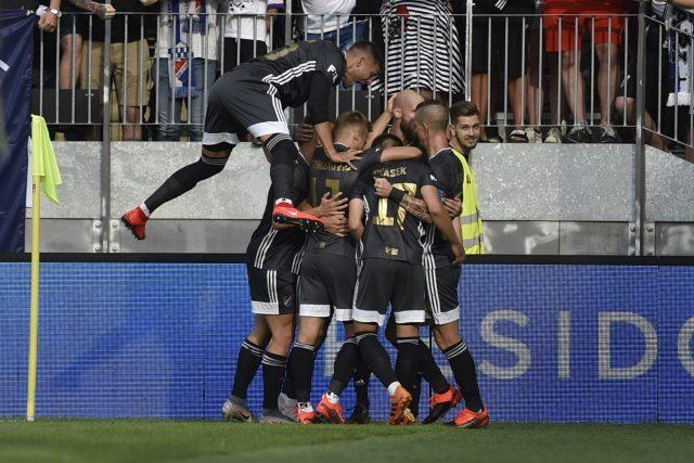 Hráči Baníku slaví gól proti Karviné.