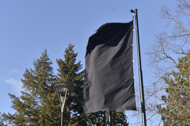 Ostravská nemocnice vyvěsila černou vlajku. Česko uctí památku obětí zřejmě příští týden, a to formou rozeznění sirén