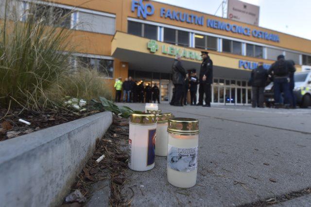 Před nemocnicí v Ostravě, kde útočník v úterý ráno zabil šest lidí, se začínají objevovat svíčky