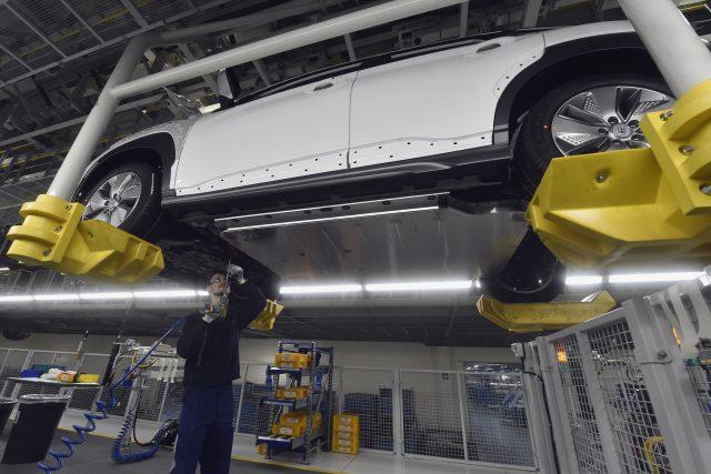 Automobilka Hyundai zahájila v Nošovicích na Frýdecko-Místecku sériovou výrobu vozu Kona Electric, prvního automobilu na elektrický pohon vyráběného v České republice. Na snímku je vůz na montážní lince, kde se do něj montuje baterie.