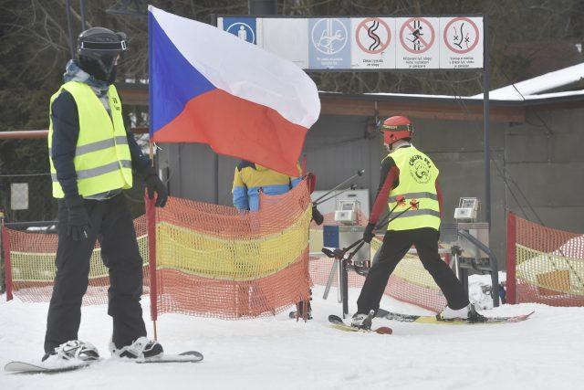 Iniciativa Chcípl PES na protest proti vládním opatřením spustila vleky ve skiareálu Vaňkův kopec