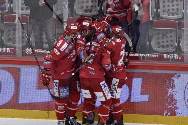Hráči Třince se radují z prvního gólu závěrečného finále proti Liberci | foto: Jaroslav Ožana,  ČTK