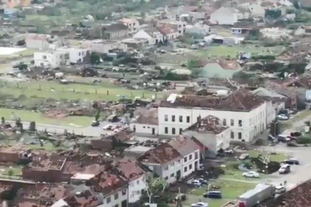 Záběr z dronu na obec Hrušky | foto: Policie ČR  (twitter.com)