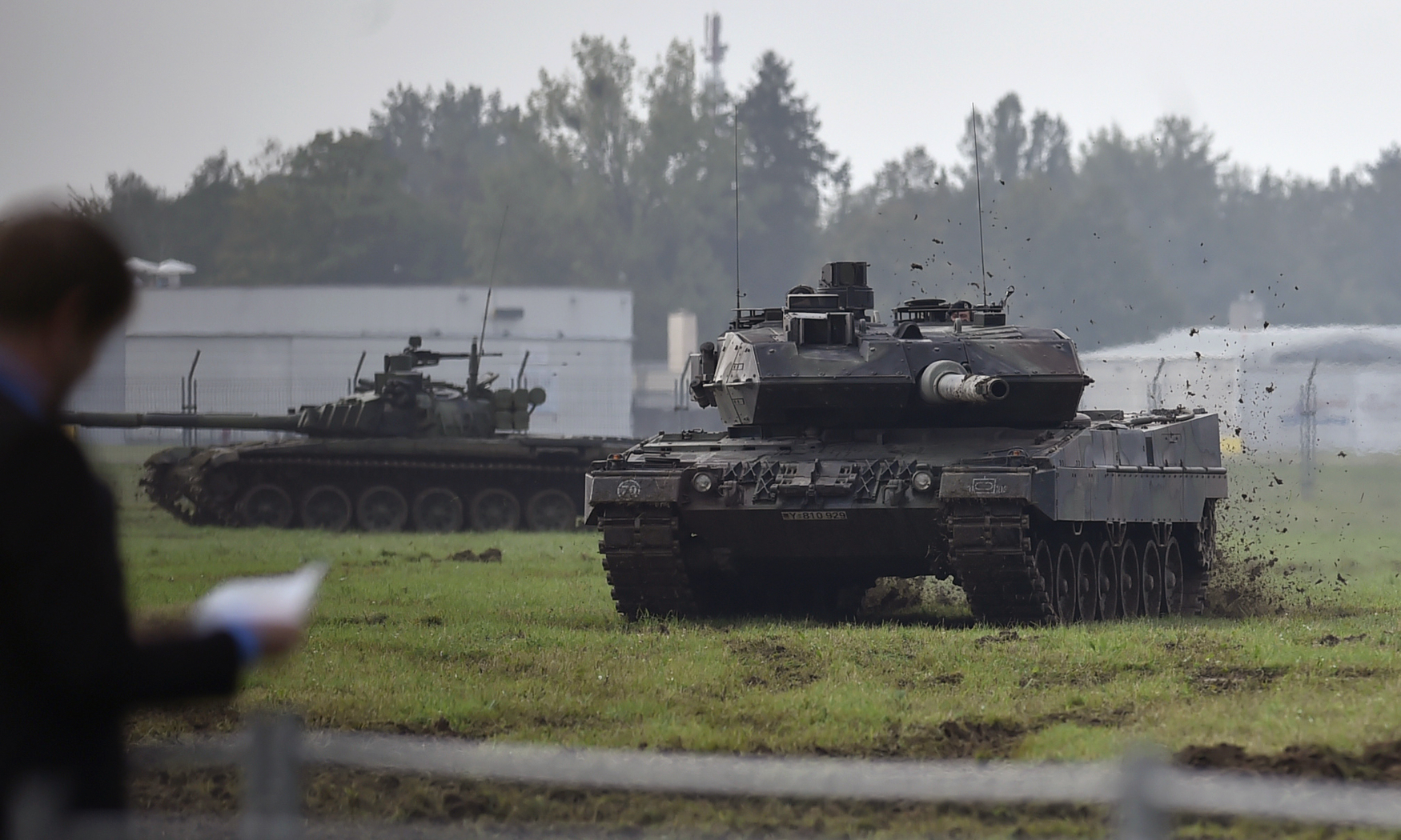 Německý tank Leopard 2 (vpravo) a český tank T-72M4CZ