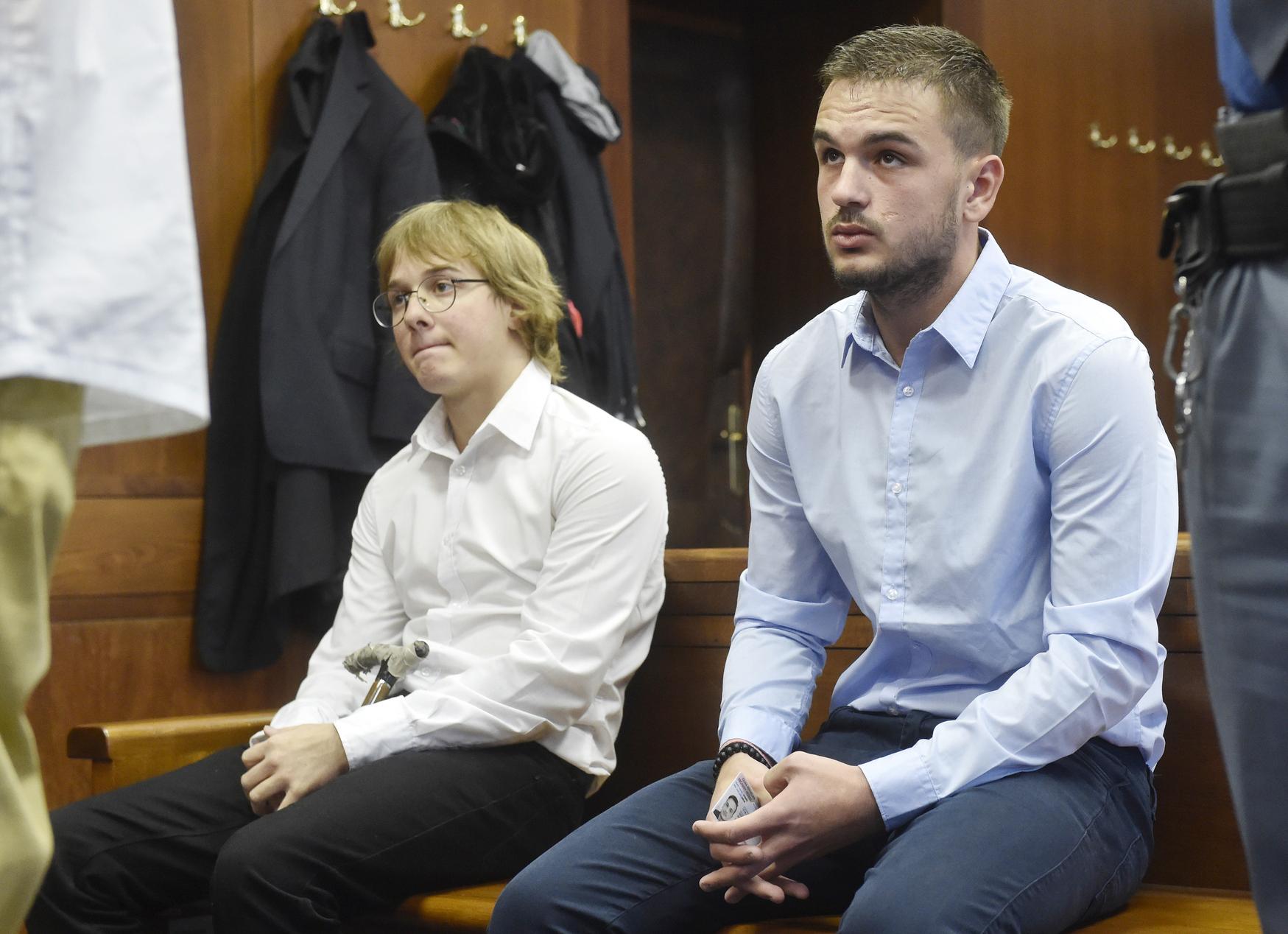 Jan Bortel (vlevo) a Jakub Hurník, které soud potrestal za úmyslné zapálení dřevěného kostela v Třinci-Gutech na devět, respektive osm let do vězení.